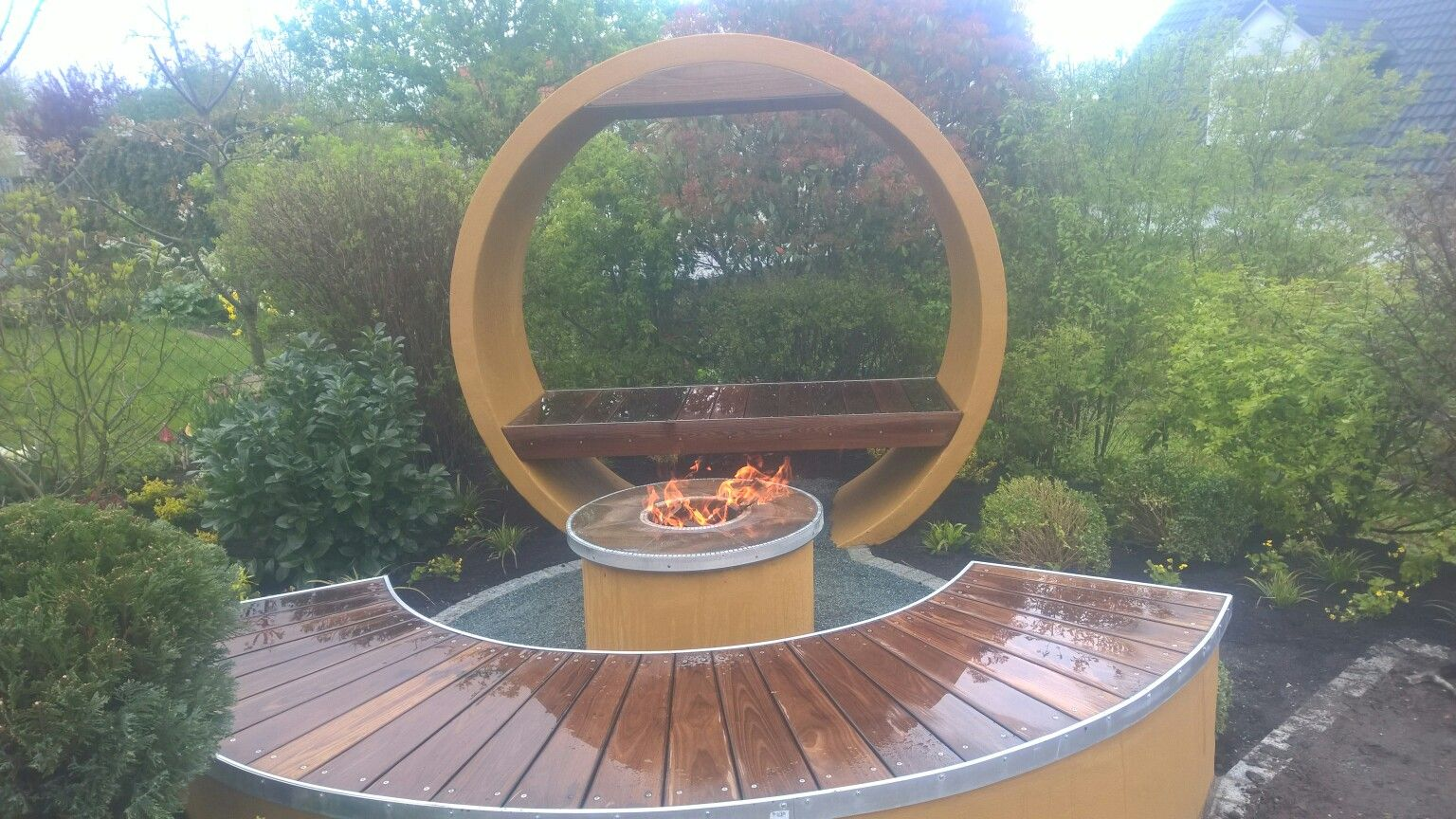 Runde Sitzgruppe, Schachtring, Feuerstelle, Holzbank, Modernes ... Kreative Gartendesigns Rasen
