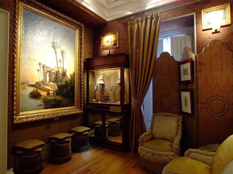 Museo Nacional del Romanticismo. Madrid.Emplazado en un palacio de finales del siglo XVIII. Fumador, se concibió como una sala conferida en la que el padre de familia pudiera retirarse a fumar y reposar. A él sólo se invitaba a las visitas de mayor confianza y su inspiración Oriental, especialmente árabe, aumentó tras la restauración realizada entre 1860 y 1870 en la Alhambra de Granada; a partir de entonces, el gabinete de inspiración árabe fue algo muy frecuente en las casas de la…