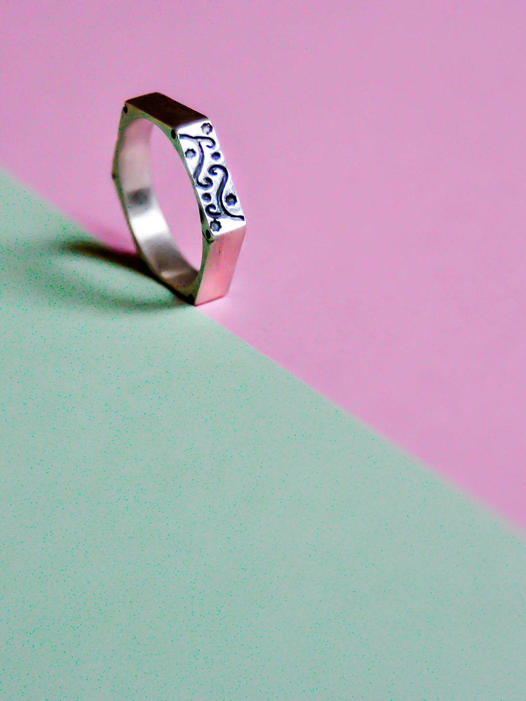 Anillo de plata en forma de hexágono con flores grabadas. Elegante e ...