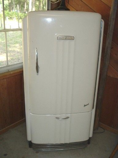 1940 Ge Refrigerator Sooo In Love With This I Had One In Indiana Too And My Mom Got Rid Of It Vintage Fridge Vintage Refrigerator Vintage Appliances