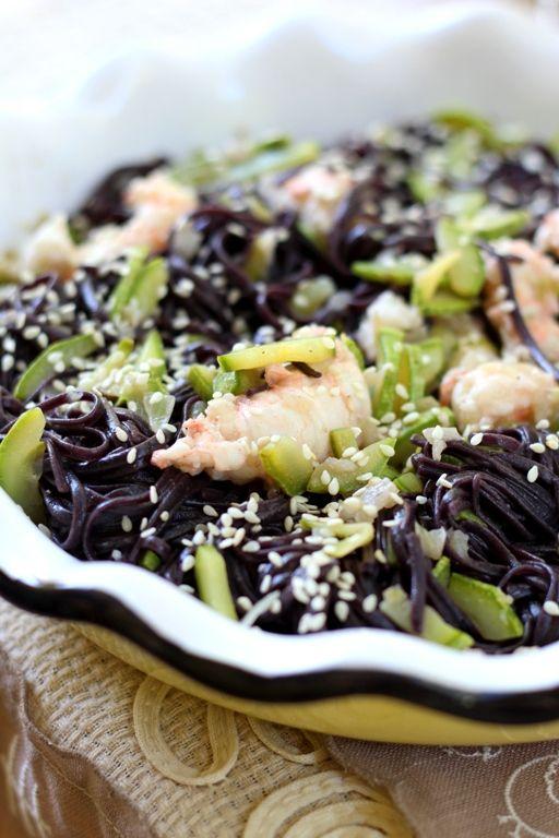 Senza Sale in Zucca: Noodles di riso nero, zucchine e scampi