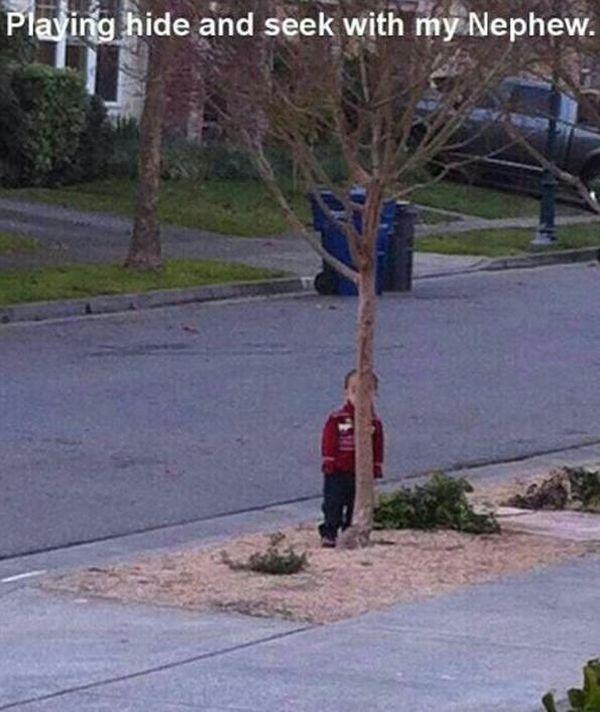Kinder beim Verstecken spielen