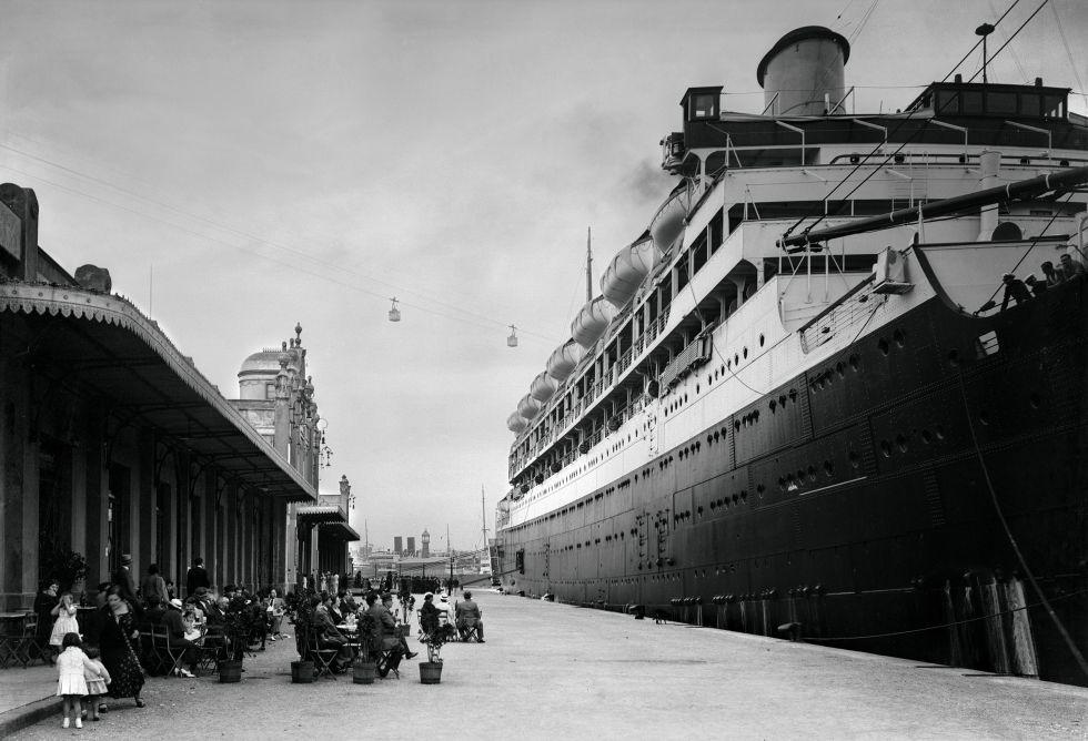 fotos: 160 años de amor por Barcelona   El Viajero   EL PAÍS Transatlántico atracado en el puerto de Barcelona, 1920 Transatlántico atracado en el puerto de Barcelona, 1920
