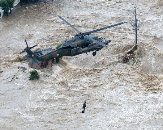 鬼怒川の堤防決壊、ヘリで懸命の救出(画像集)