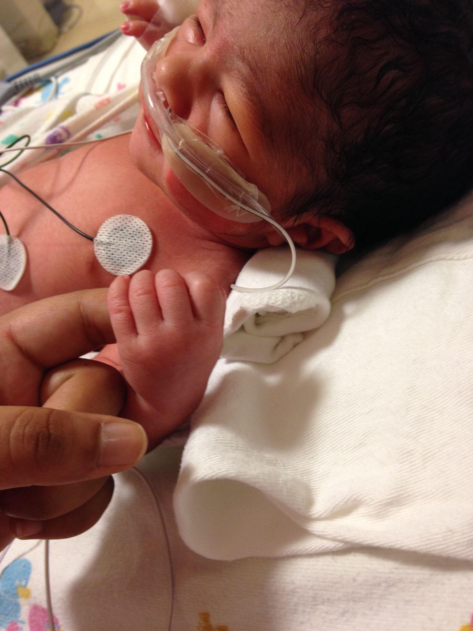 من أوائل الصور لطفلي عادل في المستشفى ولدت تاريخ 12 13 2014 ولدت قبل موعد ولادتي المتوقع الحمدلله حمدا كثيرا Earbuds Headphones Electronic Products