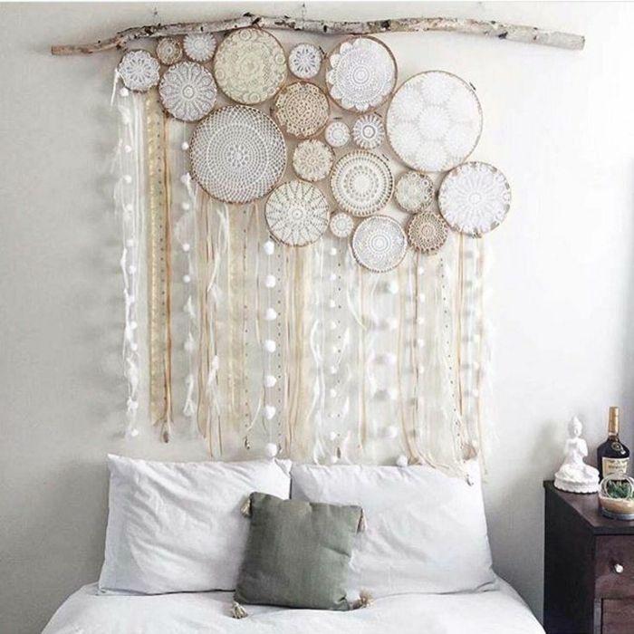 cabezales cama bonita idea diy esferas de madera con cintas decorativas colgadas en madera - Cabezales De Cama Caseros