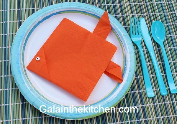 5 Easy Fish Shape Paper Napkin Folding Ideas #papernapkins