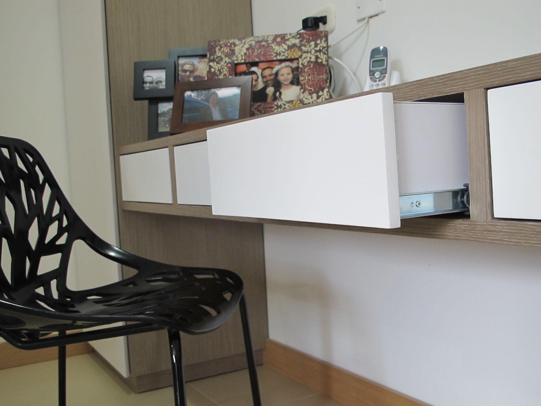 Escritorio con mueble auxiliar. Diseñado a la medida. Acabado en ...