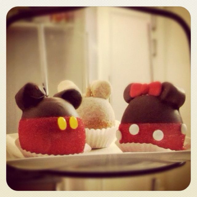 Mickey and Minnie Caramel Apples! Must make these!