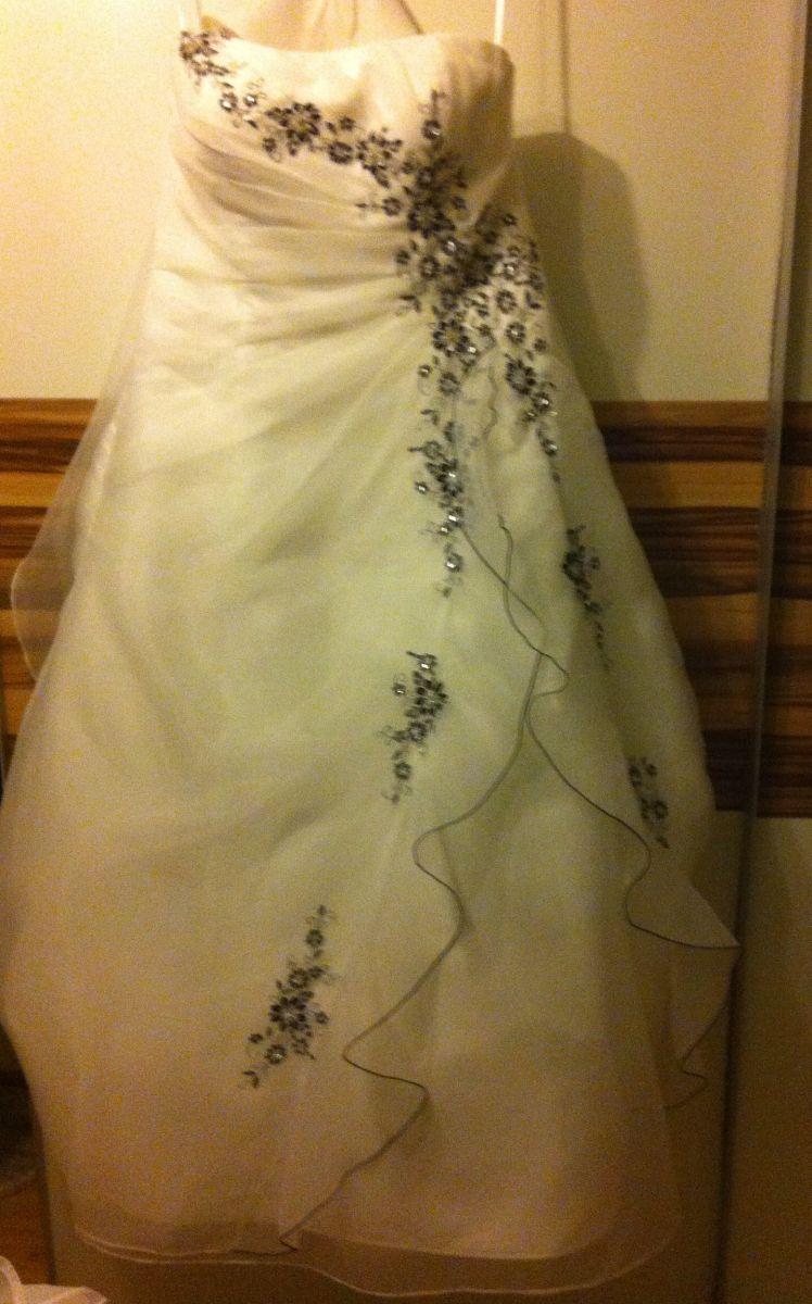 ♥ Brautkleid mit schwarzen Stickerein von Ladybird ♥ Ansehen: http ...