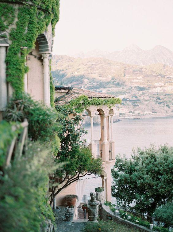 Photo of Eine elegante Amalfi Coast Bridal Session mit einem rückenfreien Kleid von Katie Nicoll Photography | Hochzeit Sp. Z oo