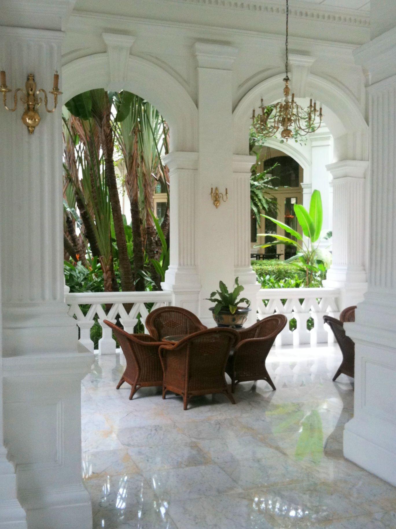 Tropical chic design raffles hotel singapore british for Tropical hotel decor
