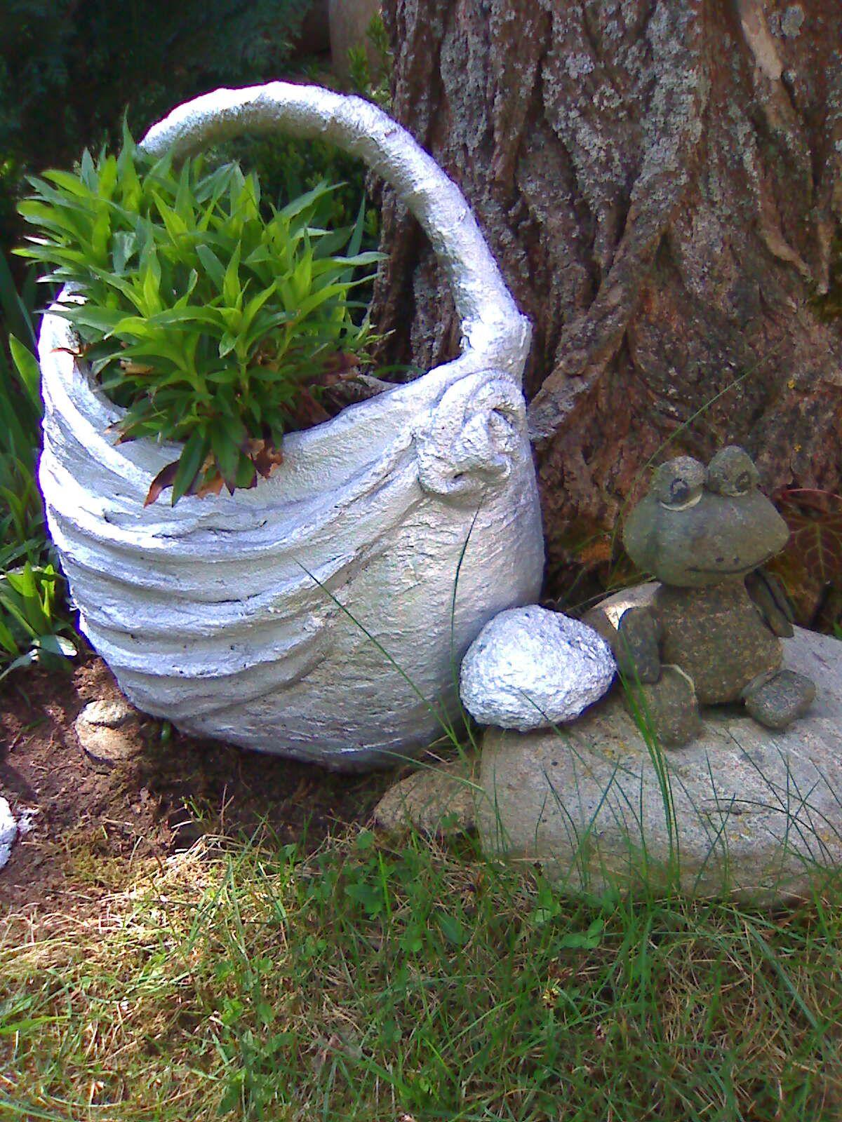 Kosz Z Betonu I Zaba Outdoor Decor Garden Sculpture Garden