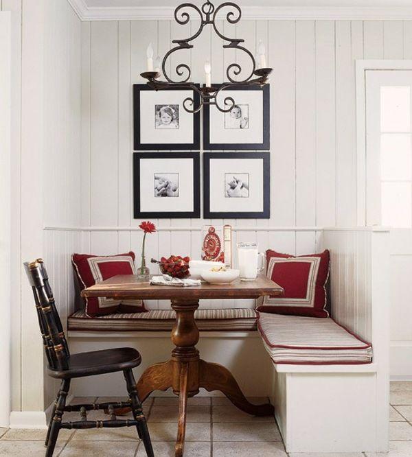 Coin repas avec une table carrée en bois et chaises