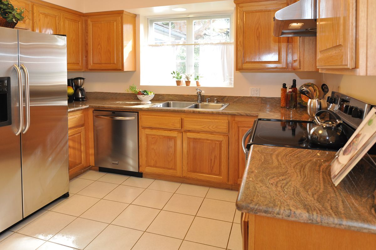 Oak Cabinets And Granite Like This Color Honey Oak Cabinets Oak Kitchen Cabinets Kitchen Remodel