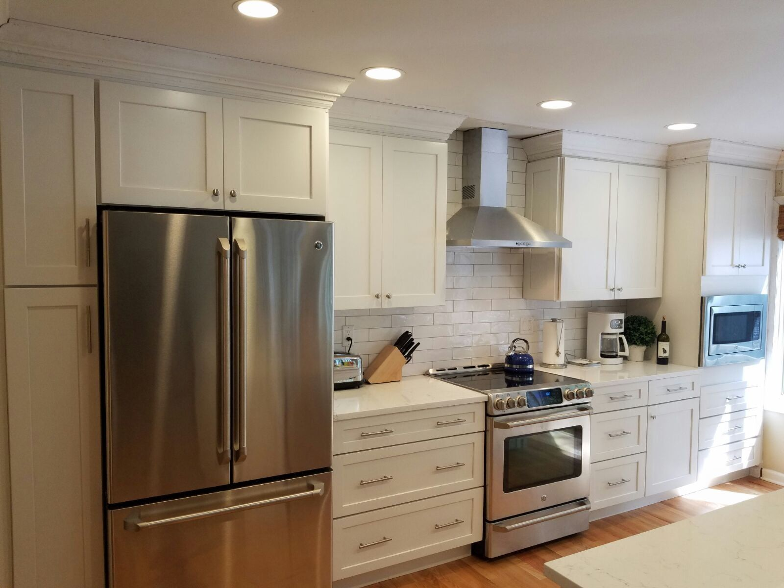 I Really Love The Clean Look Of These White Kitchen Cabinets I Like How The White Look Kitchen And Bath Showroom Kitchen Decor Apartment Wood Kitchen Cabinets