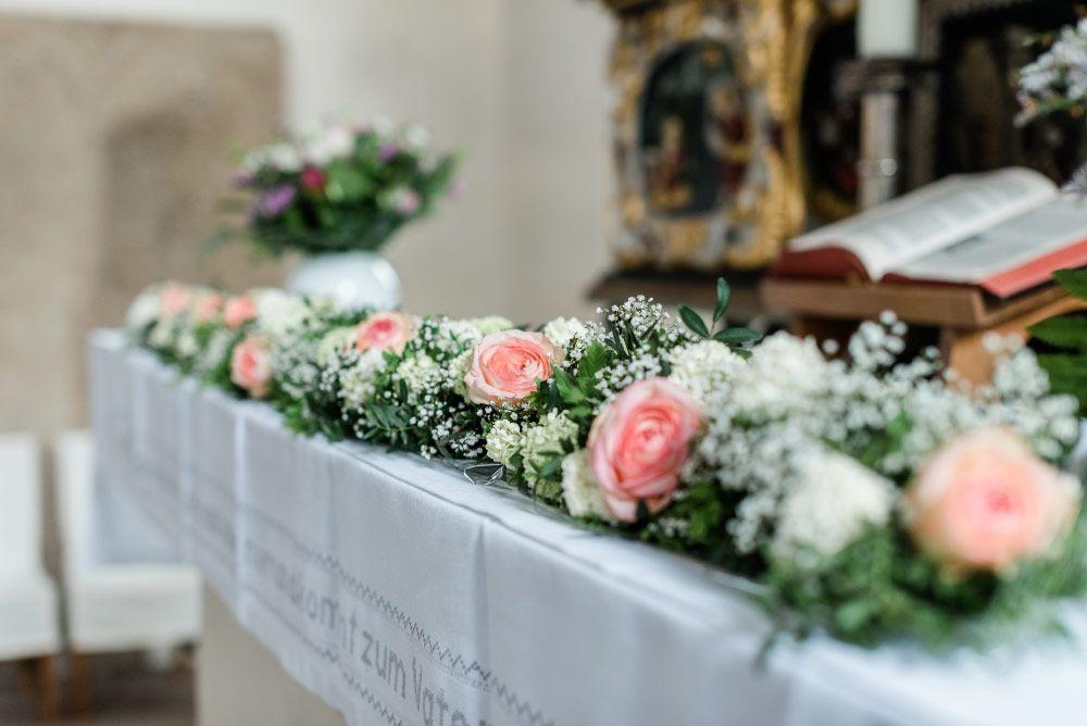 Blumengirlande auf dem altar foto sandra h tzen for Dekoration hochzeit kirche