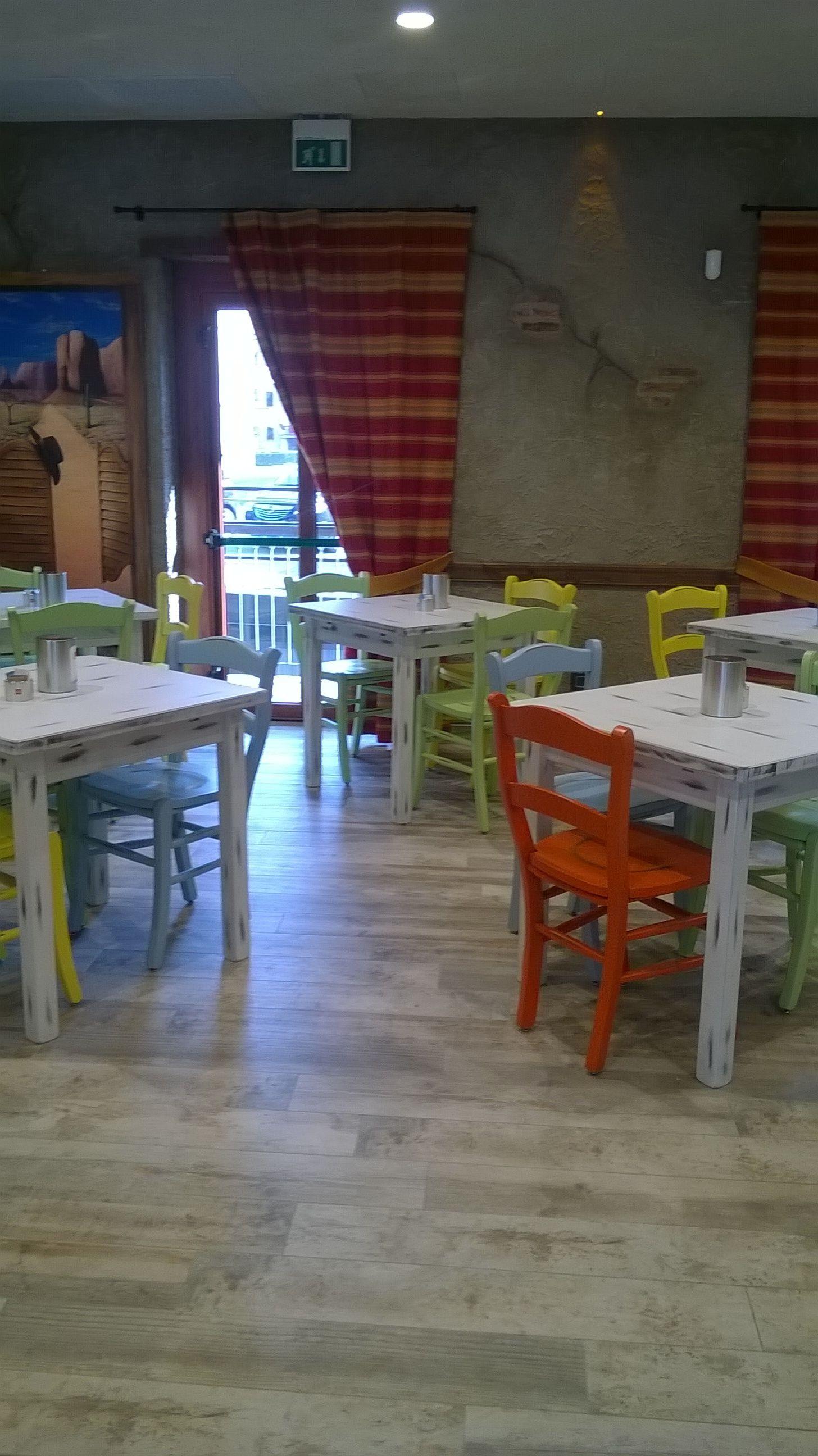 Pin di sedie tavoli ristoranti maiero su arredi eseguiti for Arredamenti per birrerie