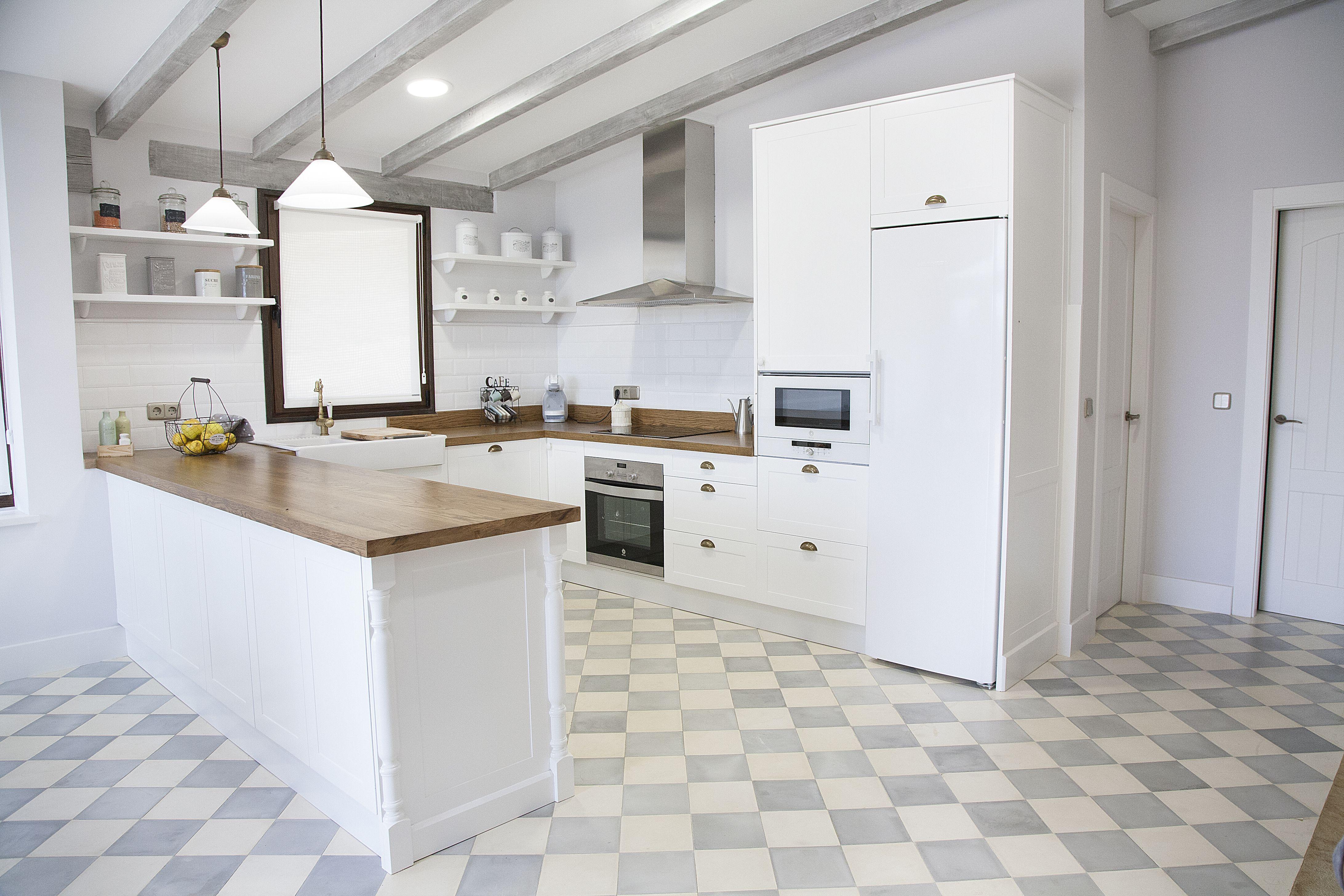Cocina blanca, encimera de madera, suelo hidráulico, azulejo \