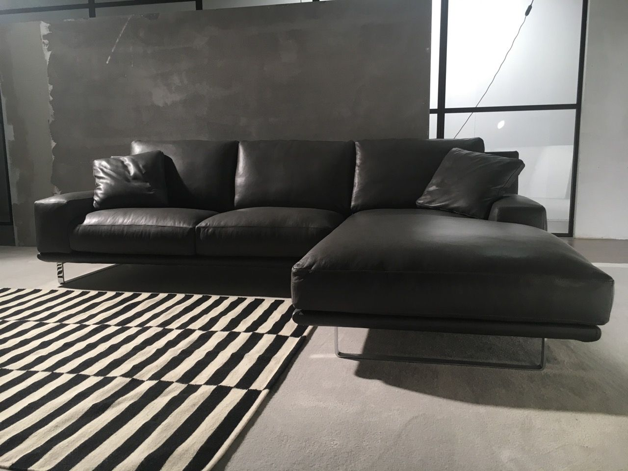 Time: divano moderno con piedi alti. Un divano moderno che ...