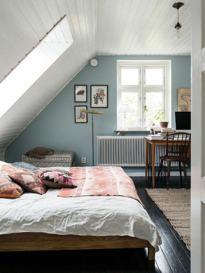 Chambre mansardée lit en bois mur d accent bleu parquet en bois