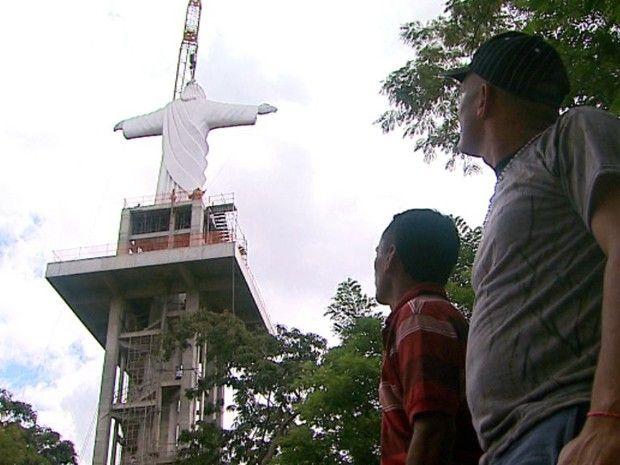 Monumento no interior de SP quer 'roubar a cena' do Cristo Redentor   Base e estátua juntas em Sertãozinho superam altura do Cristo carioca. Escultura içada nesta quarta-feira (24) ficará a 57 metros do chão. http://mmanchete.blogspot.com.br/2013/04/monumento-no-interior-de-sp-quer-roubar.html#.UXlvSbU3uHg