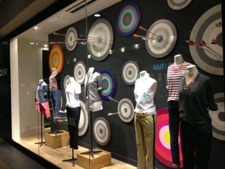 Trend Alert: a volta do poá. |Curved Line Display Visual Merchandising