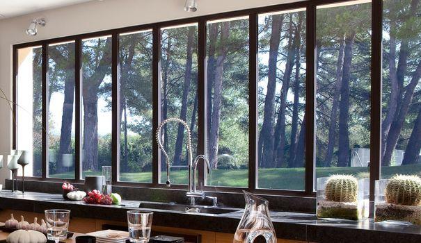 maison moderne avec grandes fen tres baies vitr es et baies coulissantes verandas mud rooms. Black Bedroom Furniture Sets. Home Design Ideas