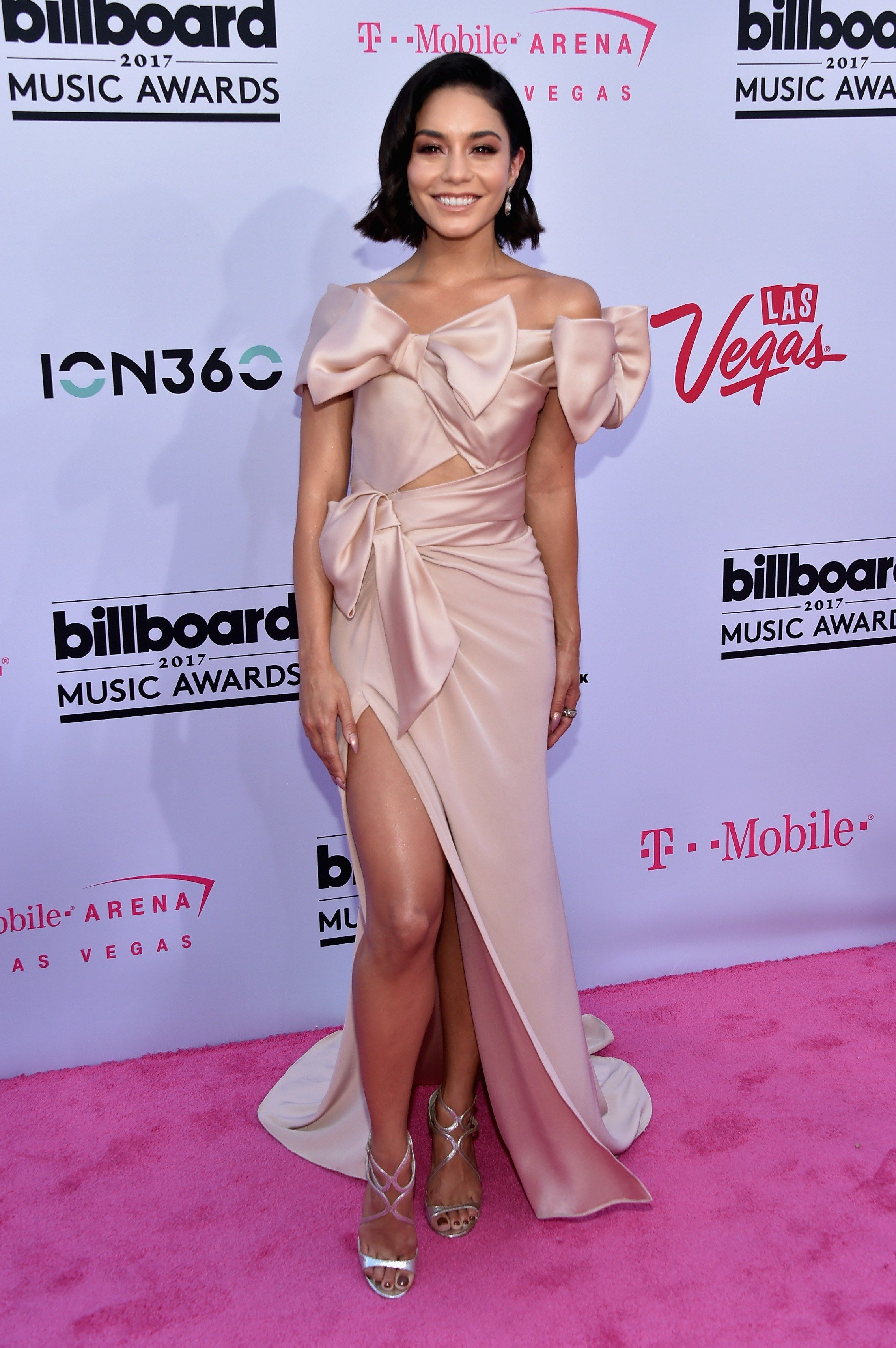 It S Official Cher Won The Billboard Awards Billboard Music Awards 2017 Billboard Music Awards Red Carpet Billboard Music Awards