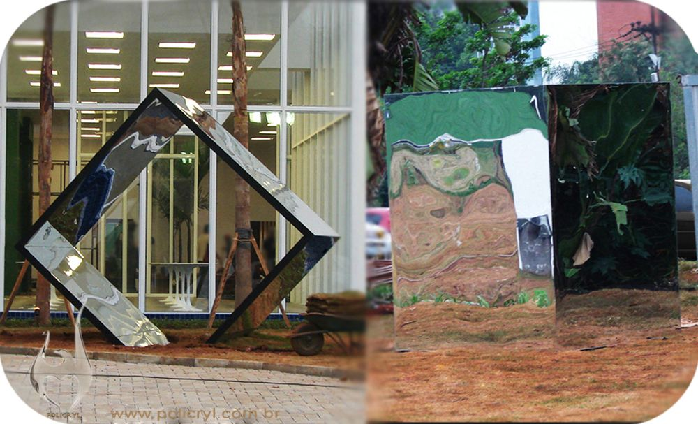 Cubo gigante feito com acrílico espelhado.  Giant cube produced with mirrored acrylic.