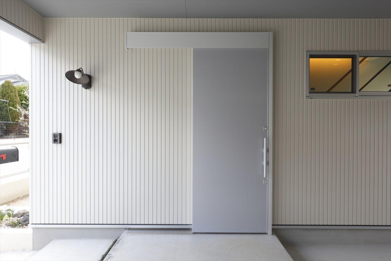 2fリビングの家 ナガタ建設の写真集 玄関 引き戸 家の外壁 玄関引戸
