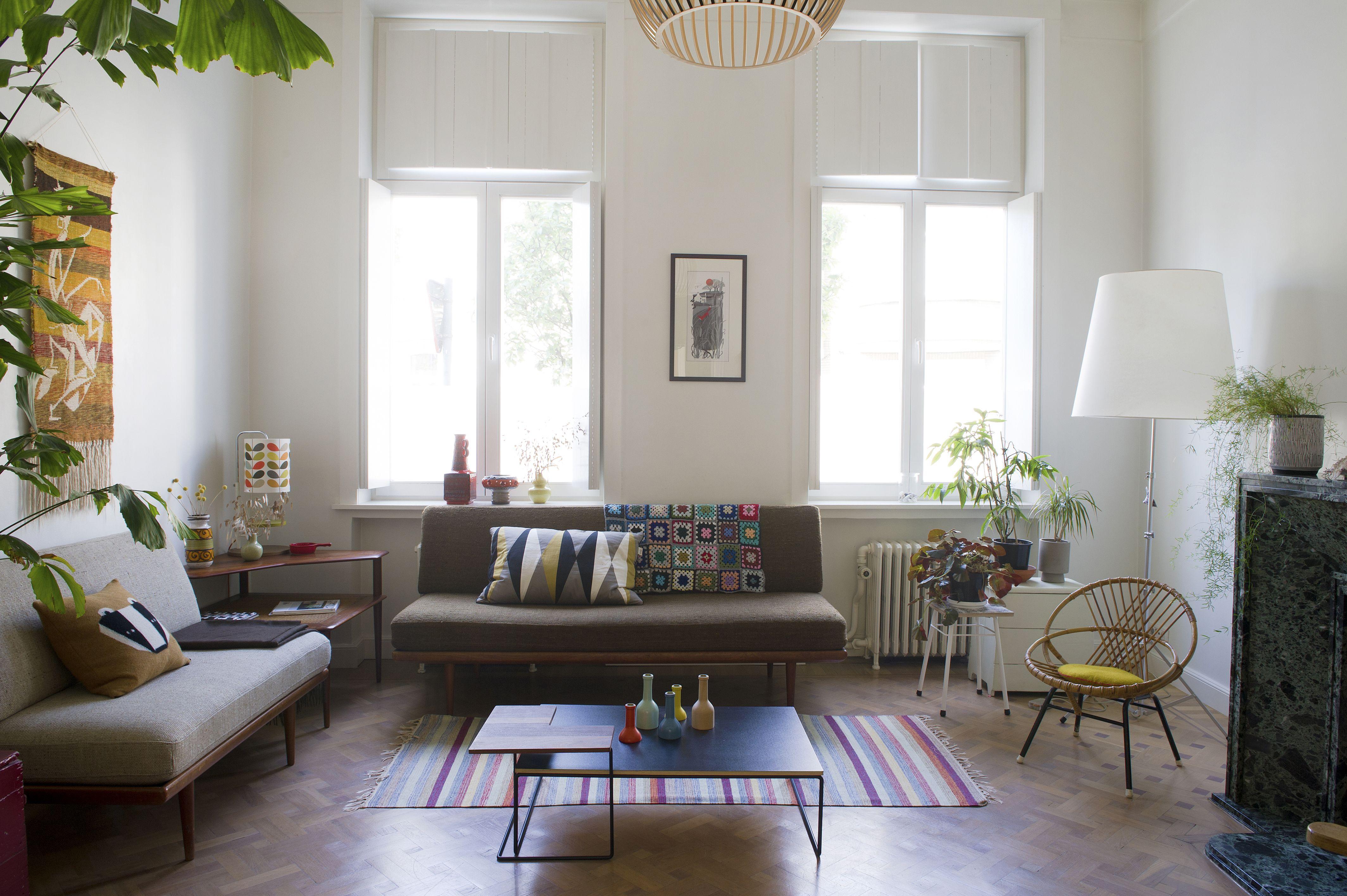 Basic woonkamer met kleurrijke accessoires | Basic living room with ...