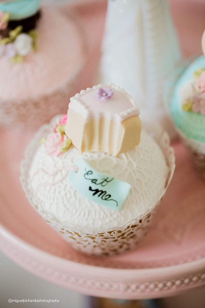 Alice in Wonderland cupcake from a Pastel