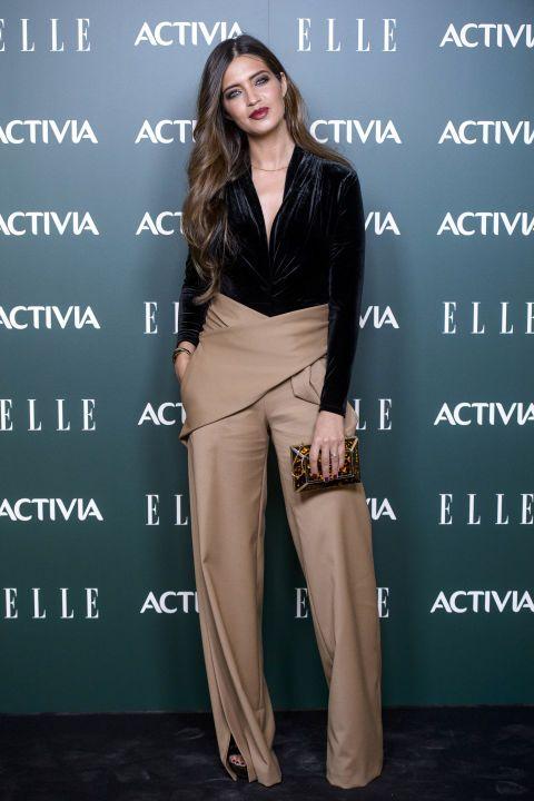 7edd89e3606d Durante los premios Mujeres con Talento otorgados por ELLE y Activia, la  vimos con un body negro de terciopelo de H&M, pantalón de Roberto Torretta  y bolso ...