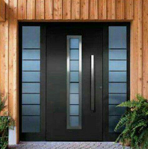 Puerta negra con vidrios polarizados en tono azul y for Puertas de metal con vidrio
