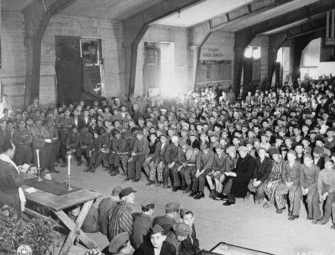 Ceremonia religiosa judía del Shavuot en el campo de concentración de Buchenwald, poco después de la liberación (18 de mayo de 1945). Via Perry J Greenbaum: The Rabbi At Buchenwald Shouts For Freedom