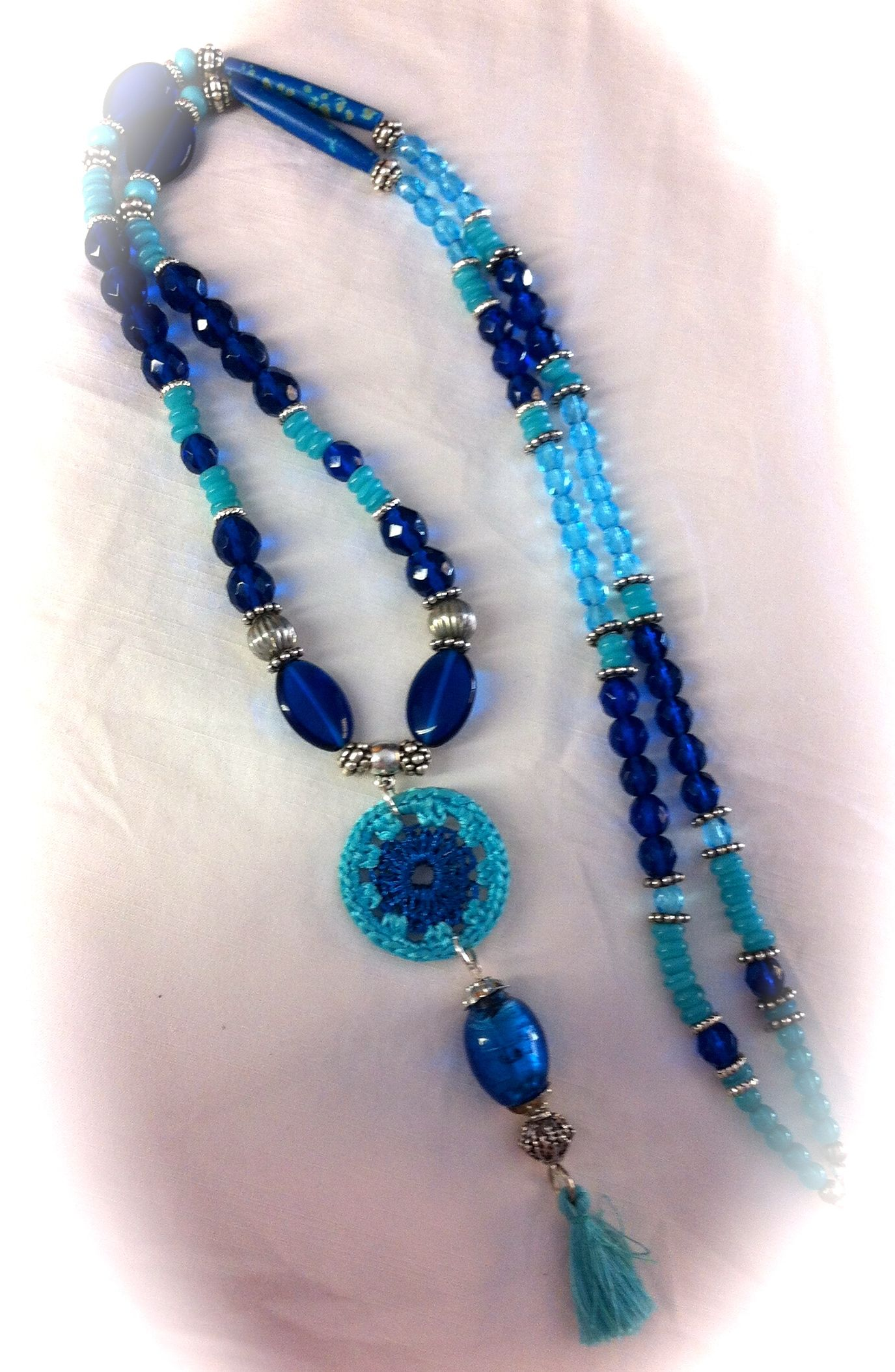 2cda5bc1ecdb Collar con diferentes cristales facetados azules