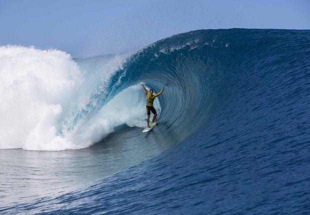 URGENTE: Gabriel Medina é campeão mundial de surfe! Mick Fanning é eliminado e o brasileiro leva título inédito. http://uol.com/bpd4Vw