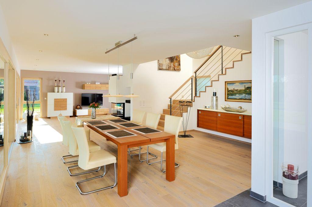 Offenes Treppenhaus Mit Blick Ins Esszimmer