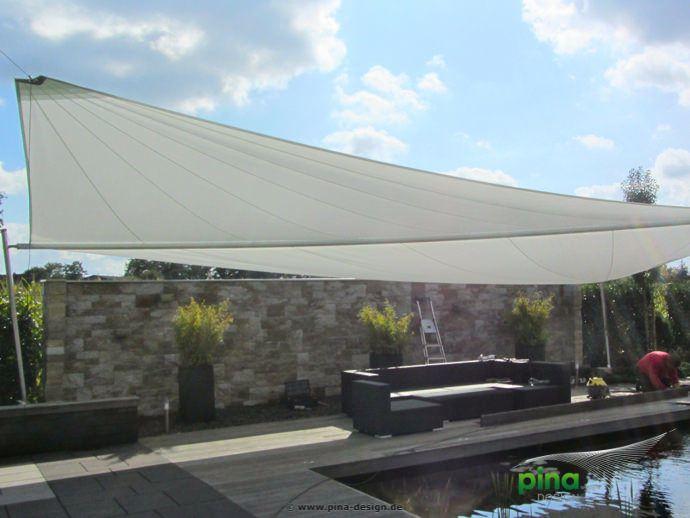 sonnensegel in elektrisch aufrollbar ber einer terrasse am pool als gro fl chiger regen und. Black Bedroom Furniture Sets. Home Design Ideas