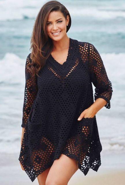 A moda praia para quem está acima do peso também permite o uso das saídas  de praia de crochê 0901736c929