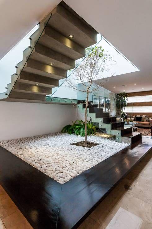 18 Treppen mit einem Stein- und Wassergarten, spektakulär