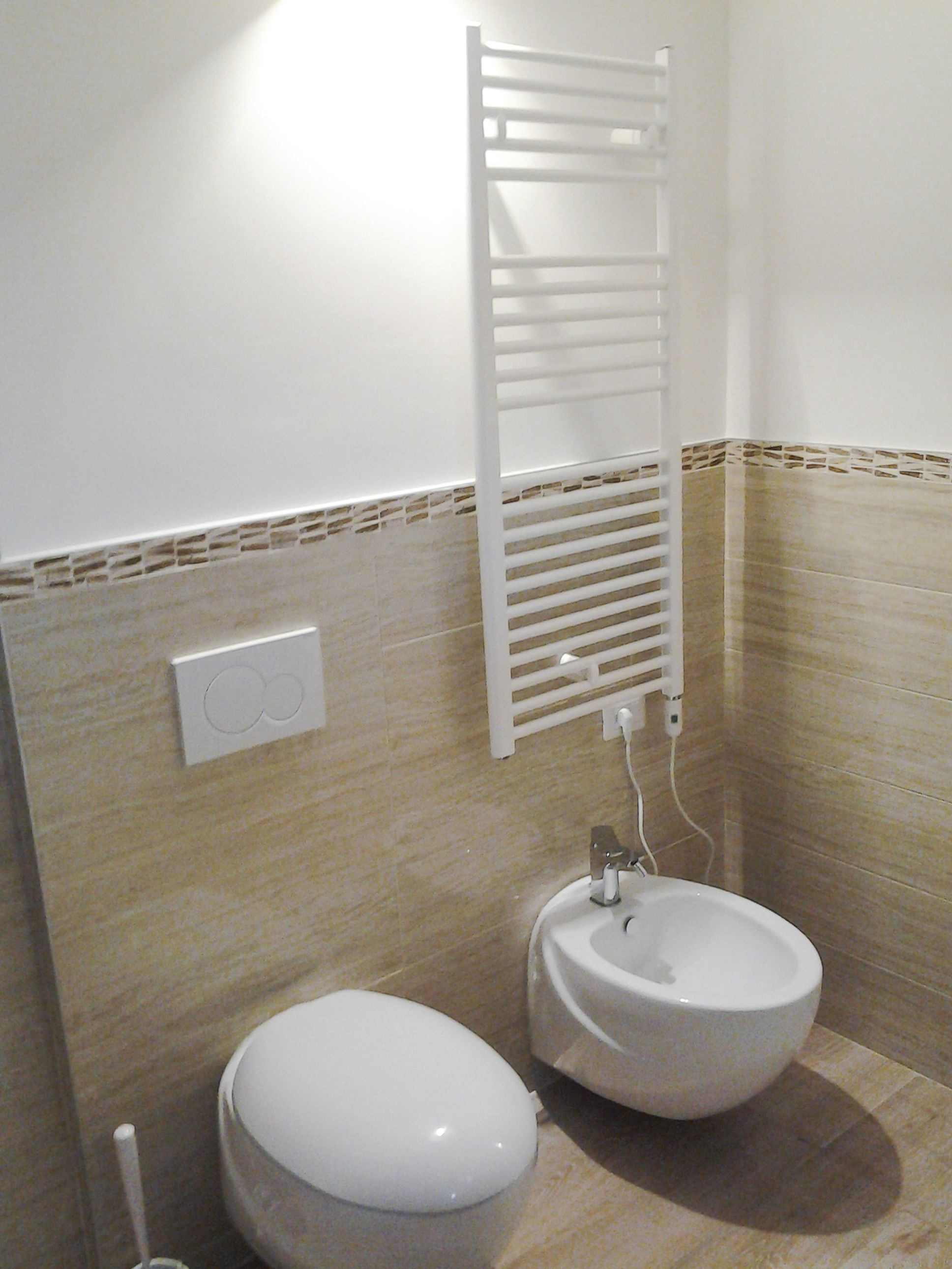 Rivestimento bagno in ceramica con profili a mosaico - Come rivestire il bagno ...