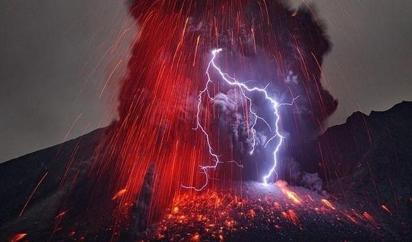 Tormentas volcánicas La razón de estas tormentas eléctricas es ocasionada por las grandes cantidades de carga eléctrica que producen las partículas en expulsión.   Los rayos se producen a consecuencia de cargas negativas en la parte superior de una nube. Estas se transmiten tanto fuera como dentro de la propia nube dentro de zonas que tienen carga positiva.