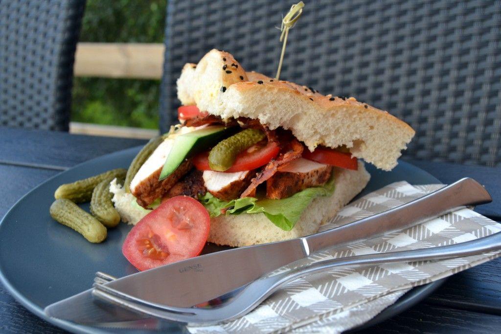Clubsandwich med kylling og chili bacon – Santa Maria BBQ…