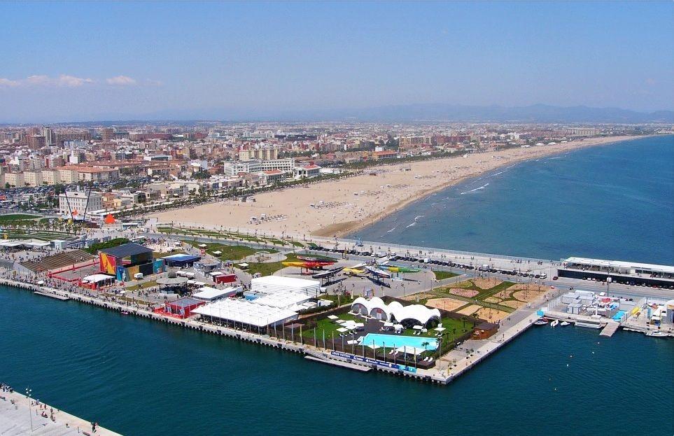 Zona de ocio de la Playa de la Malvarrosa, Valencia (Leisure area on the Malvarrosa Beach in the city of Valencia.)