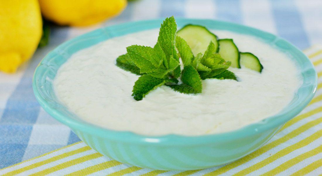Calorie totali: 497,25 kcal Ingredienti per circa 500 gr di tzatziki: 400 gr di yogurt greco 1 cetriolo medio (200 gr circa) 2 spicchi d'aglio 2 cucchiai d