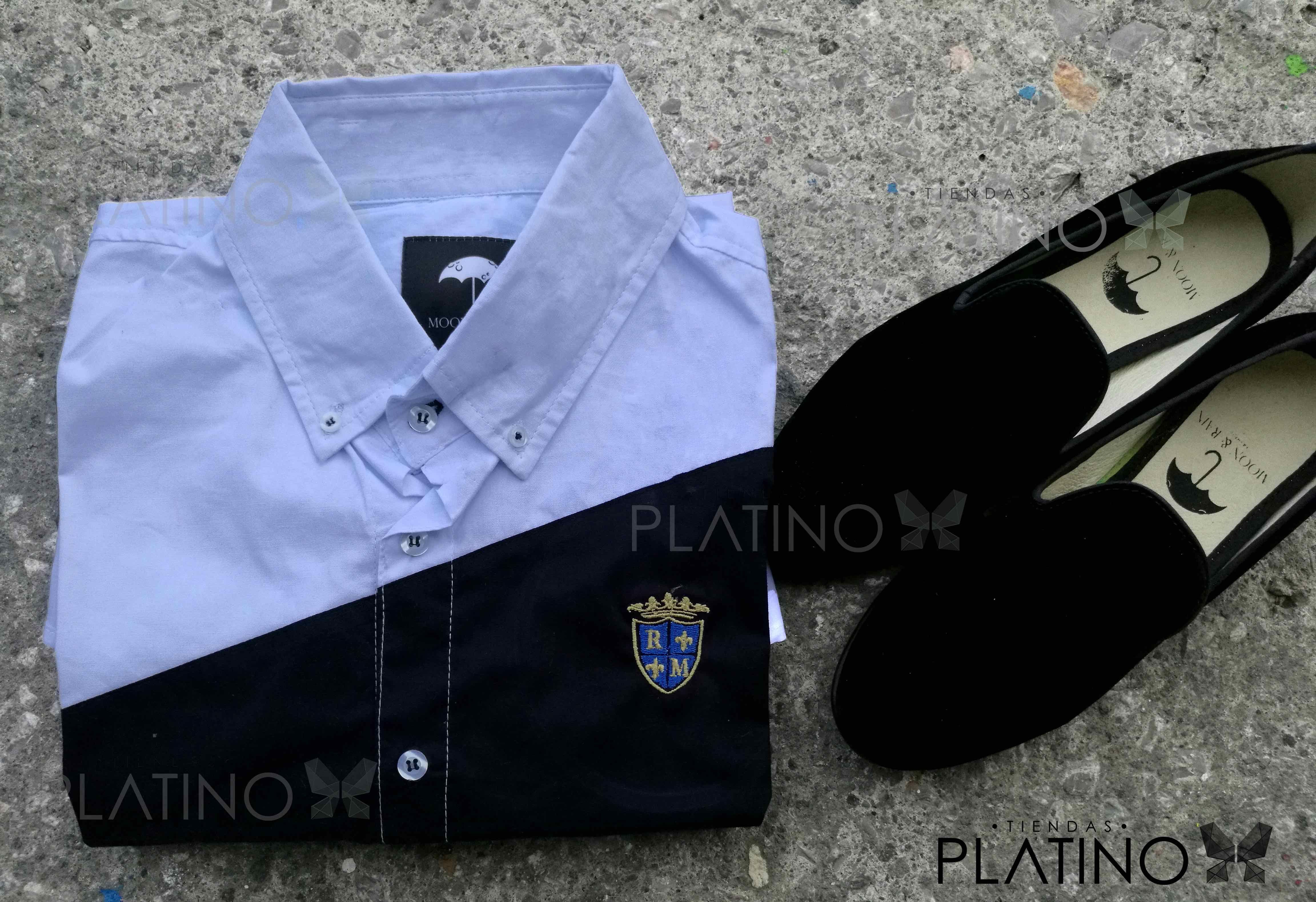 """Conjunto perfecto para una ocasión casual, compuesto por una camisa blanca con franja marino y loafer en terciopelo negro liso. Artículos hechos en México por la marca """"Moon & Rain"""" y de venta exclusiva en """"Tiendas Platino"""" #TiendasPlatino #Moda #Hombre #Camisa #Pantalón #Calzado #Mocasín #Outfit #Mens #Fashion #Dapper #Macrame #Ropa #México #Looks #Style"""