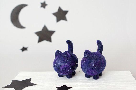 Photo of Zwei Raumkatzen, Galaxietiere, Mondkatzenfigur, Sternenhimmel-Kinderzimmerdekor, Nadelfilzskulptur, Schreibtischzubehör, niedliches Geschenk