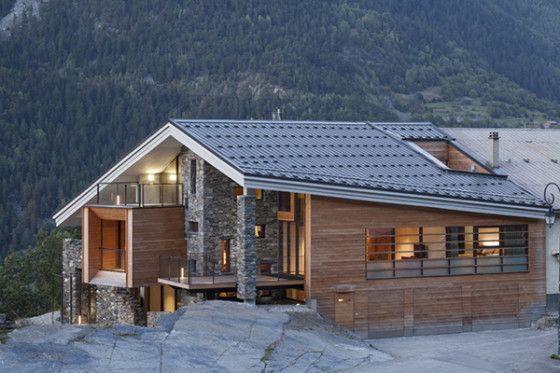 Dise o de casa moderna en la monta a fachada piedra madera casas - Casas prefabricadas madera y piedra ...